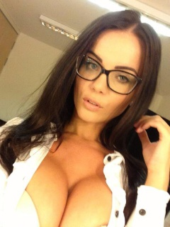 She's one sexy nerd. I'm not sure where to look , if its on her face or on her tits. They both look great. #nerdy #babe #sexy #tits #boobs