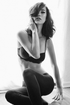 hot chick poses simply but looks undeniably sexy. #hot #chick #sexy